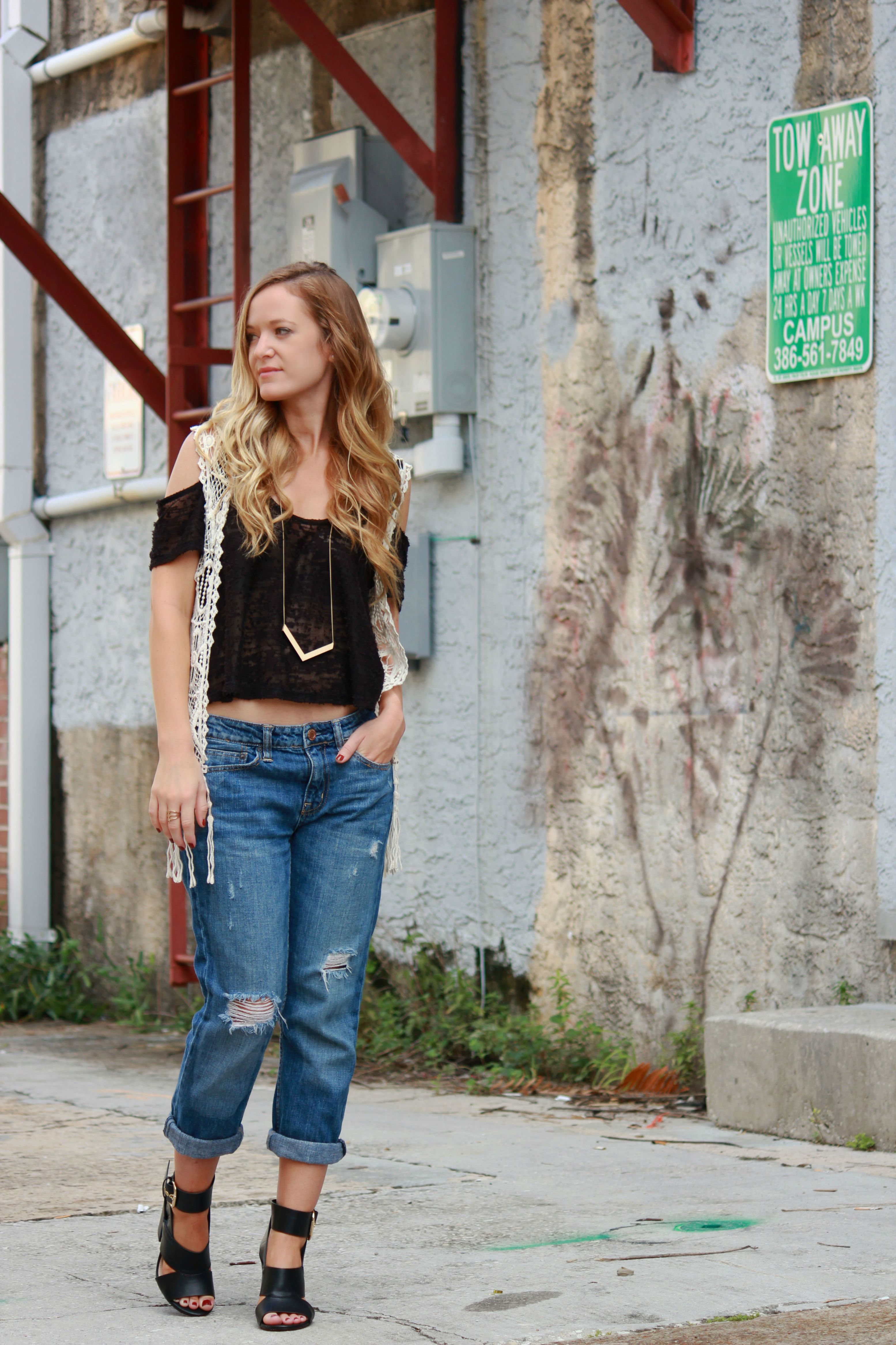 florida, orlando fashion blogger styling fringe vest from sugar love boutique, american eagle boyfriend jeans and forever 21 heels for a casual fall outfit