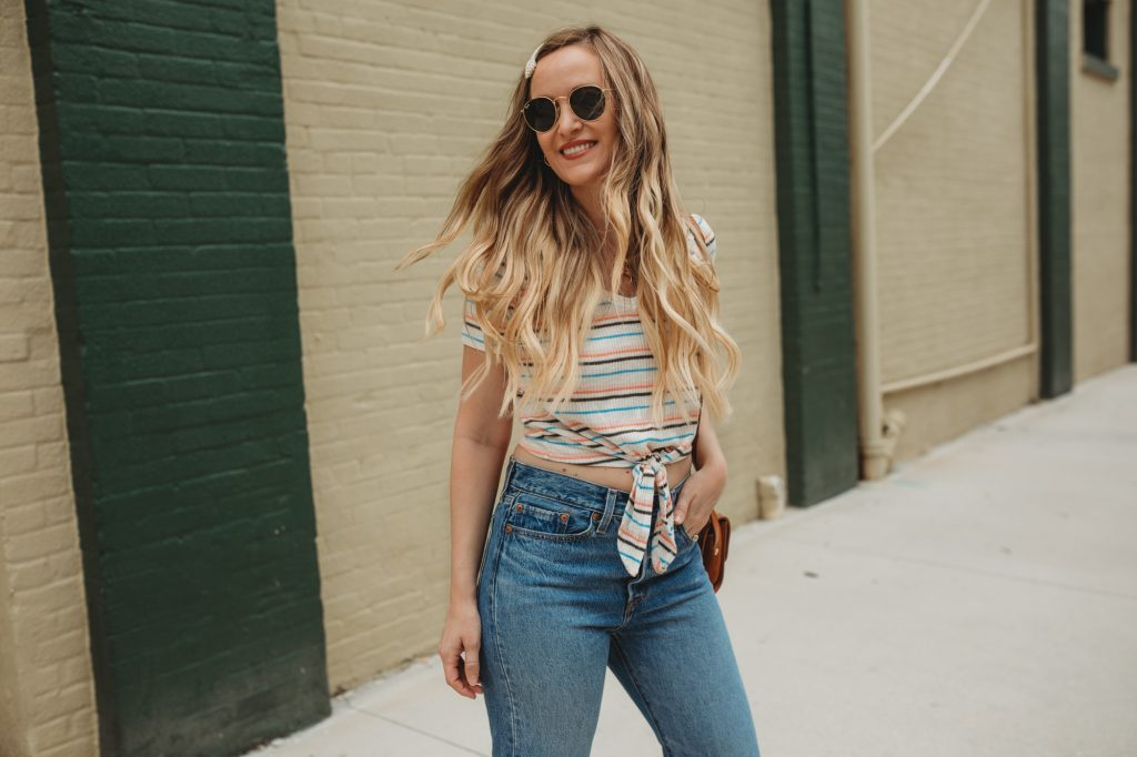Shannon Jenkins of Upbeat Soles styles a cute summer weekend outfit with Levi's wedgie jeans, Abercrombie crop top, and pearl hair clip