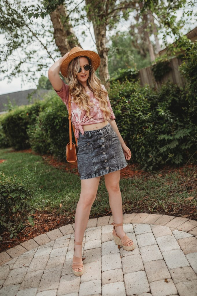Shannon Jenkins of Upbeat Soles styles a cute tie dye outfit with knotted tee, black denim Abercrombie skirt, and Dolce Vita wedges