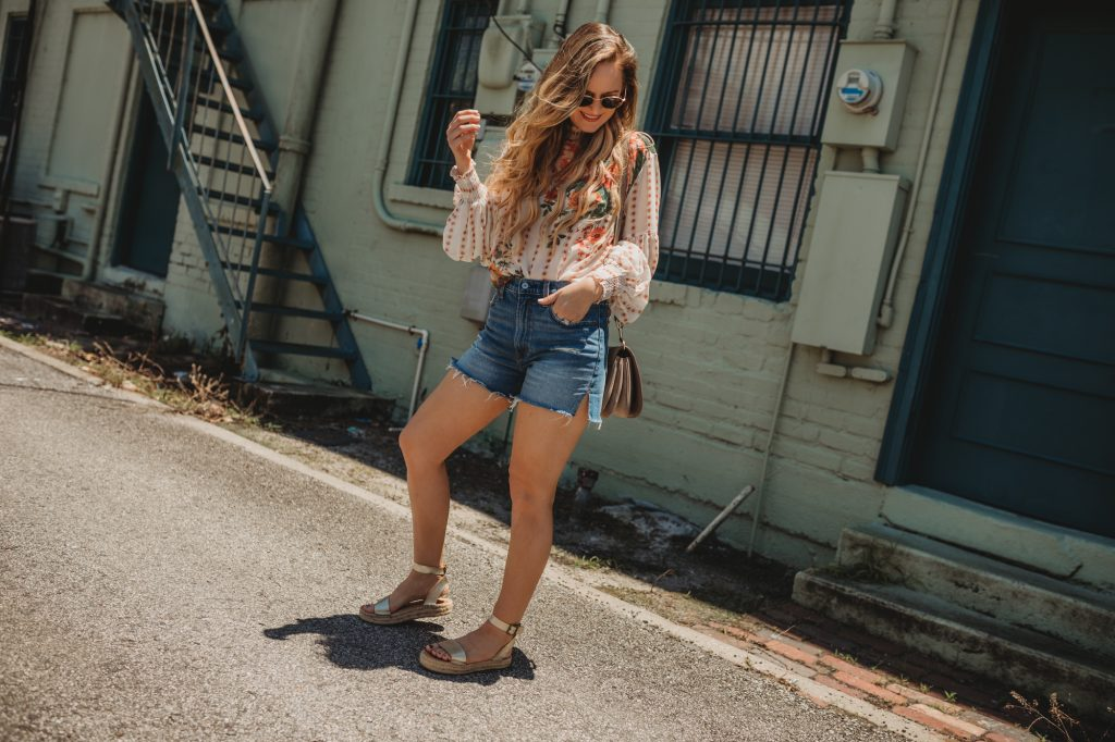 Shannon Jenkins of Upbeat Soles styles a cute casual summer outfit with Chicwish floral top, denim mom jeans, and metallic espadrilles