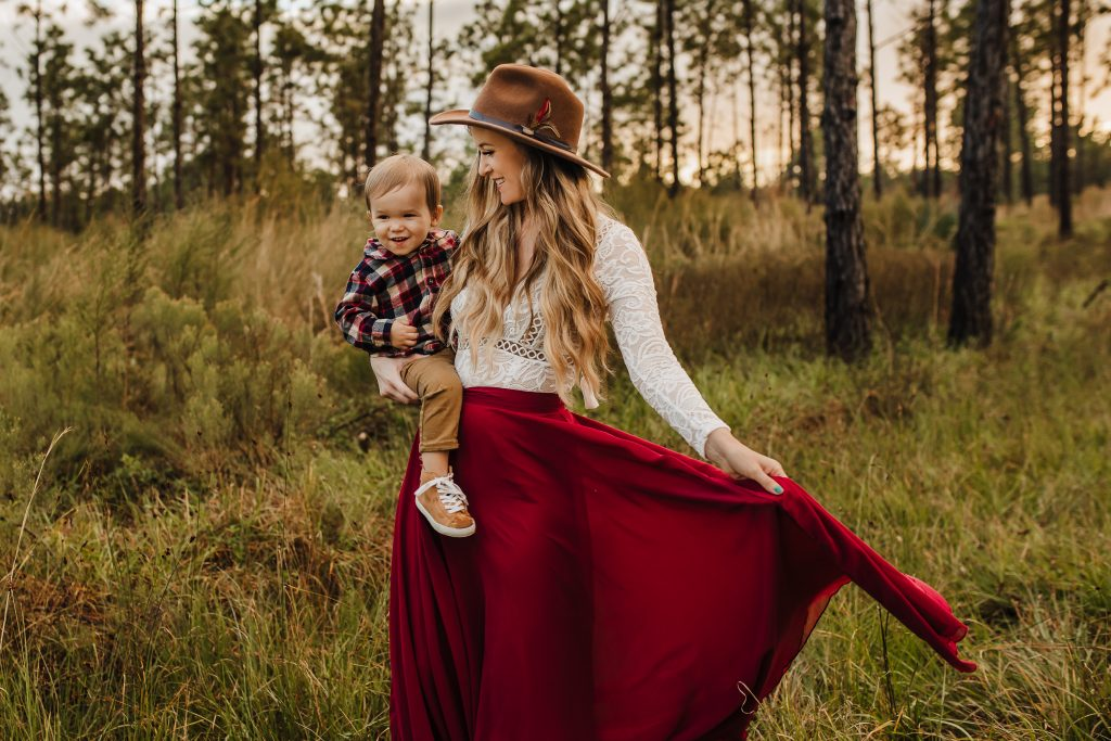 Shannon Jenkins of Upbeat Soles shares field family photos and wooded family photos with cute family photo outfits